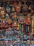 Shop-Wächter, die am traditionellen Souvenirladen sitzen  Stockbild