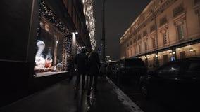 Shop-window van de de straatstoep van de stadsnacht met dure het kijken scènes stock video
