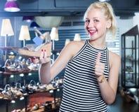 Shopaholic επιθυμητό εκμετάλλευση παπούτσι γυναικών γέλιου Στοκ Εικόνα