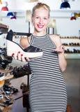 Shopaholic επιθυμητό εκμετάλλευση παπούτσι γυναικών Στοκ Φωτογραφίες
