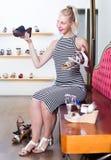 Shopaholic επιθυμητό εκμετάλλευση παπούτσι νέων κοριτσιών Στοκ εικόνα με δικαίωμα ελεύθερης χρήσης