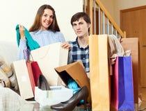 2 shopaholic вместе с одеждами и сумками Стоковые Фото