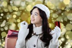 Shopaholic alegre con la tarjeta de crédito Foto de archivo libre de regalías