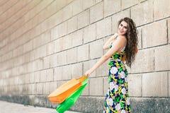 Shopaholic Amour d'achats Belle femme heureuse avec des sacs Photographie stock libre de droits