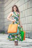 Shopaholic Amour d'achats Belle femme heureuse avec des sacs Photo stock