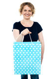 Shopaholic female holding shopping bag Royalty Free Stock Photos