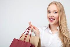 Shopaholic femenino bastante joven es el hacer compras que va Imagen de archivo libre de regalías