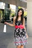 Shopaholic im Freienstadt des schönen Brunette Lizenzfreies Stockbild