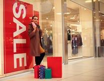 Shopaholic kobiety wydawać pieniądzy dla robić zakupy przy zakupy centrum handlowym L Zdjęcia Stock