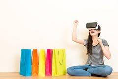 Shopaholic kvinna som använder virtuell verklighetutrustning Arkivfoton