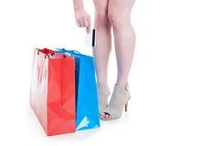 Shopaholic kvinna som gör shopping och använder kreditkorten Royaltyfri Foto