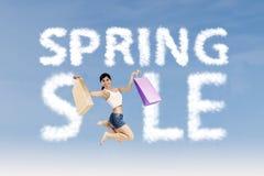 Shopaholic maakt het teken van de de lenteverkoop Stock Fotografie