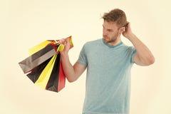 Shopaholic som rymmer färgrika pappers- påsar Hipster med det stilfulla borstet som isoleras på vit bakgrund Man som spenderar på royaltyfri bild