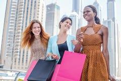 Shopaholic-Spaß zusammen Stockfoto