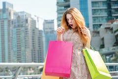 shopaholic zdziwiony Młodej dziewczyny mienia surpr i torba na zakupy Zdjęcie Royalty Free