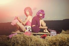 shopaholics Девушки с искусственными волосами с красочной хозяйственной сумкой Стоковые Фотографии RF
