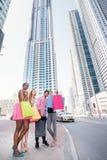 Shopaholics идет к магазину для скидок Стоковое Изображение RF