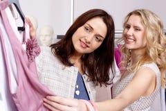 Shopaholics dans le service de vêtement Photos libres de droits
