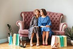Shopaholics de las mujeres bastante jovenes con los panieres Imagen de archivo