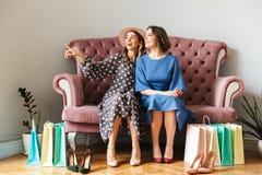 Shopaholics de las mujeres bastante jovenes con los panieres Foto de archivo libre de regalías