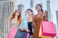 Shopaholics-Einkaufen Schönes Mädchen im Kleid, das Einkaufsb hält Stockbilder