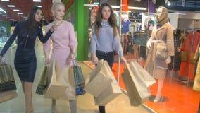Shopaholics z torba na zakupy chodzi w centrum handlowym