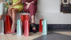 Shopaholism,女性朋友的腿有全部明亮的购买包裹的正是季节折扣和销售 股票录像
