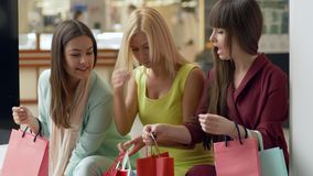 Shopaholism,情感关于新的购物的公司女性自夸从时尚存放正是季节销售和折扣  股票录像