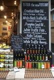 shopboard看法与puring处女橄榄油的瓶的 免版税库存图片