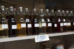 shopboard看法与puring处女橄榄油的瓶的 免版税库存照片