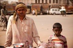 shopcart för man för barnholi indisk fotografering för bildbyråer