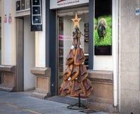 Shopdekoration mit Frieden des spanischen jamon lizenzfreie stockfotografie