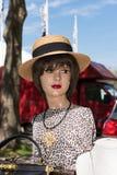 Shopfenster-Puppenkopf mit Hut auf einer Flohmarkt Lizenzfreie Stockfotos