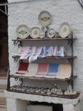 Shopfront显示外部一个被粉刷的trullo大厦在阿尔贝罗贝洛,普利亚,南意大利 图库摄影
