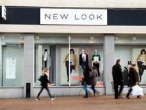 Shopfront de New Look con la gente, empañado, caminando más allá Fotografía de archivo libre de regalías
