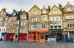 Shopfronts colorido na cidade velha de Edimburgo Fotografia de Stock Royalty Free