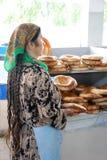 Shopgirl - uzbekiskt bröd, kakor Arkivfoto