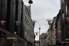 SHOPING用中国灯装饰的企业街道 库存照片