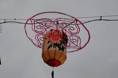 SHOPING用中国灯装饰的企业街道 免版税库存照片