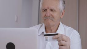 Shoping em linha do homem superior em casa no portátil, número de cartão de crédito de datilografia video estoque