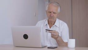 Shoping en ligne d'homme supérieur à la maison sur l'ordinateur portable, numéro de carte de dactylographie de crédit banque de vidéos