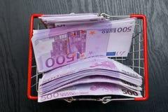 shoping Korb des Spielzeugs mit Eurobargeld Lizenzfreies Stockfoto