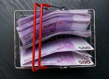 shoping Korb des Spielzeugs mit Eurobargeld Lizenzfreie Stockbilder