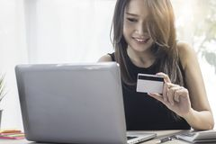 shoping on-line, ηλεκτρονικό εμπόριο και κατάλληλο concpet, γυναίκα ή σύζυγος στοκ φωτογραφία με δικαίωμα ελεύθερης χρήσης