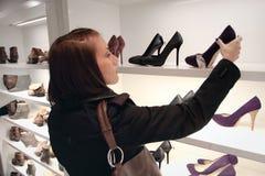 Shoping - sapatas da loja Foto de Stock