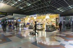 Shoping som är dutty fritt i den Bankok flygplatsen Thailand royaltyfria bilder