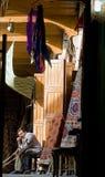 Shopkeeper i Damascus souk Arkivfoto