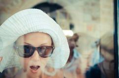 Shopoholic que olha com a montra Imagens de Stock Royalty Free