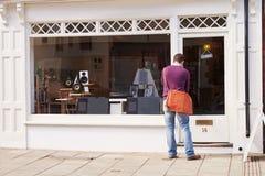 Shoppa ägaren som upp öppnar rekordet, CD, och hi-fi shoppar Royaltyfria Bilder