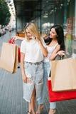 Shoppa överraskningkvinnor som beklär begrepp Fotografering för Bildbyråer